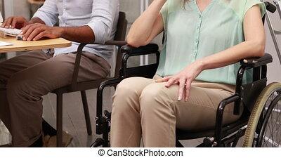 여자 실업가, 휠체어, 무심결의