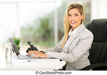 여자 실업가, 휴대용 개인 컴퓨터를 사용하는 것, 컴퓨터