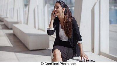 여자 실업가, smartphone, 나이 적은 편의, 그녀, 말하는 것