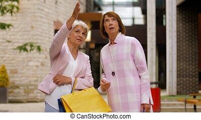 여자, 연장자, 은 자루에 넣는다, 걷기, 도시, 쇼핑