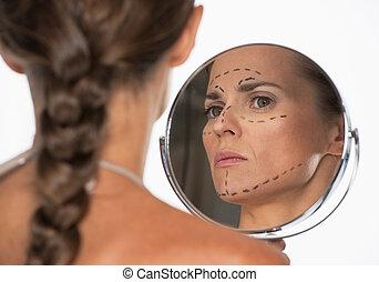 여자, 와, 성형 수술, 기호, 통하고 있는, 얼굴, 거울안에 보는
