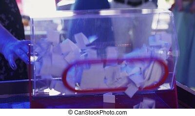 여자, 윤전기 따위의 회전 기계, 추첨, 투명한, 상자, 에서, restaurant., event.,...