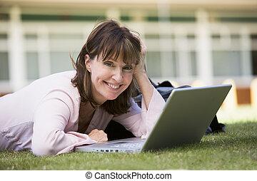 여자, 있는 것, 통하고 있는, 잔디, 의, 학교, 와, 휴대용 퍼스널 컴퓨터