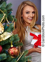 여자, 크리스마스 나무를 꾸미는