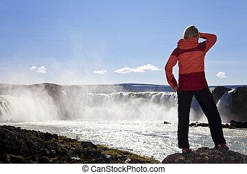 여자, hiker, 서 있는, 에, godafoss, 폭포, 아이슬란드