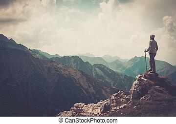 여자, hiker, 통하고 있는, a, 정상, 의, a, 산