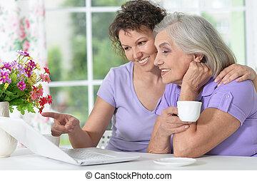 연장자, 어머니, 와..., 성인, 딸, 일, 와, 휴대용 퍼스널 컴퓨터