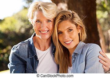 연장자, 어머니, 와..., 십대 후반의 청소년, 딸