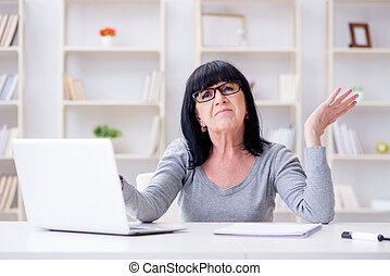 연장자 여자, 고투하는 것, 컴퓨터에