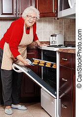 연장자 여자, 굽기 과자