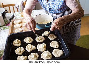 연장자 여자, 빵 굽기