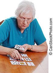 연장자 여자, 카드 놀이를 하는 것