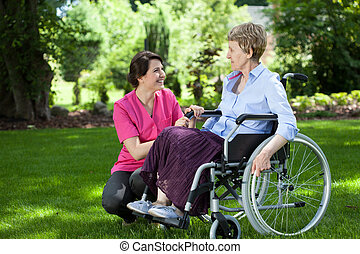 연장자 여자, 통하고 있는, 휠체어, 와, 마음에 두는 것, caregiver