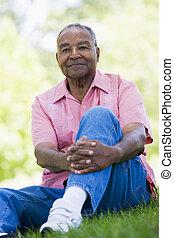연장자, 옥외, 앉아 있고 있는 사람
