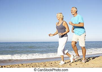 연장자 한 쌍, 에서, 적당 옷, 바닷가에 따라서 달리는