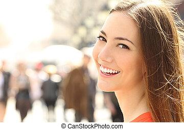 완전한, 여성 얼굴, 복합어를 이루어 ...으로 보이는 사람, 이, 미소, 당신