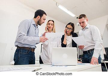 완전한, 창조, team., 그룹, 의, 4, 쾌활한, 젊은이, 사진기를 보는, 와, 미소, 동안, 경향, 에, 그만큼, 테이블, 에서, 사무실