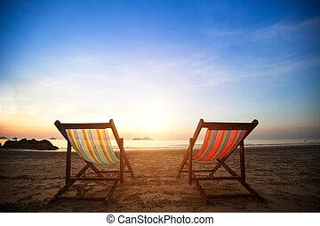 완전한, concept., loungers, 휴가, 해안, 사막화되는, 바다, 한 쌍, 해돋이, 바닷가