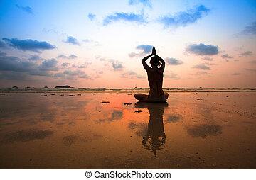 요가, 앉아 있고 있는 여성, 에서, 연 자세, 바닷가에, 동안에, 일몰, 와, 반사, 에서, water.