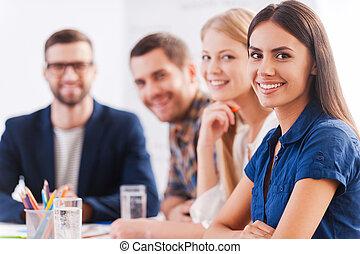 우리, 있다, 그만큼, 팀, 당신, 양철통, trust., 그룹, 의, 자부하는, 실업가, 에서, 현명한 임시 노동자, 착용, 테이블에 앉는, 함께, 와..., 미소