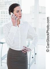 우아한, 여자 실업가, 을 사용하여, 휴대 전화, 에서, 사무실