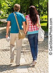 유지하는 것은 건네는 커플, 공원안에 걷는