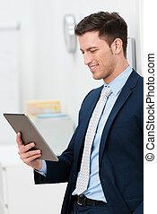 유행, 나이 적은 편의, 실업가, 독서, a, tablet-pc