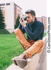 유행, 남자, 을 사용하여, 포도 수확 사진기
