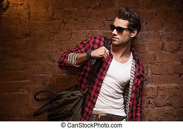 유행, 성적 매력이 있는, 남자, 복합어를 이루어 ...으로 보이는 사람, away., 와, 핸드백, 통하고 있는, 그의 것, 어깨