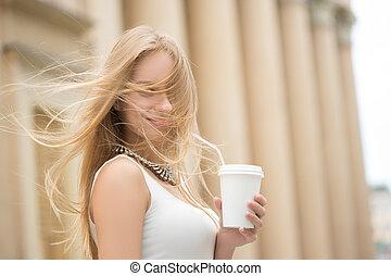 유행, 여자, 마시는 커피, 갈 것이다, 에서, a, 도시 거리