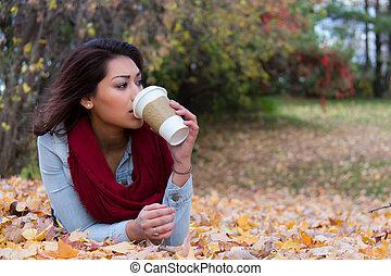 유행, 여자, 마시는 커피, 동안, 눕, 통하고 있는, 가을의 잎