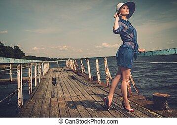 유행, 여자, 에서, 하얀 모자, 서 있는, 통하고 있는, 늙은, 나무의 부두