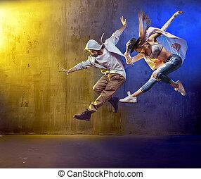 유행, 춤추는 사람, fancing, 에서, a, 콘크리트, 지역