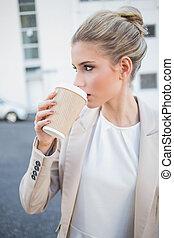 은 이완했다, 유행, 여자 실업가, 마시는 커피