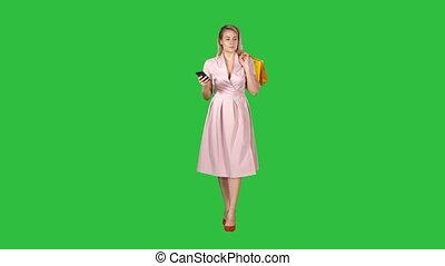 은 자루에 넣는다, 걷기, 쇼핑하고 있는 여성, chroma, texting, 스크린, 동안, smartphone, 녹색, key., 메시지