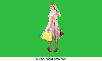 은 자루에 넣는다, 쇼핑하고 있는 여성, 그녀, chroma, 나이 적은 편의, 스크린, 복합어를 이루어 ...으로 보이는 사람, 회전, 카메라, 녹색, key., 손, 제작, 행복하다