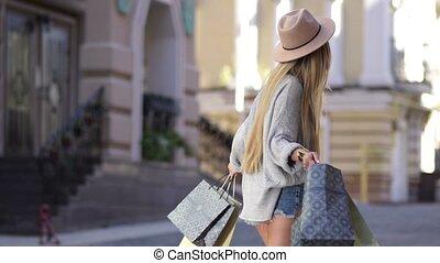 은 자루에 넣는다, 쇼핑하고 있는 여성, 약, 회전시킴, 기쁜