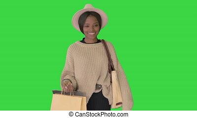 은 자루에 넣는다, 쇼핑, 행복하다, 니트웨어, 녹색, 아프리카의 여성, 스크린, 걷기, chroma, 모자...