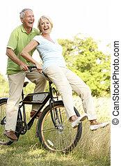 은 한 쌍을 성숙한다, 자전거를 타는 것, 에서, 시골