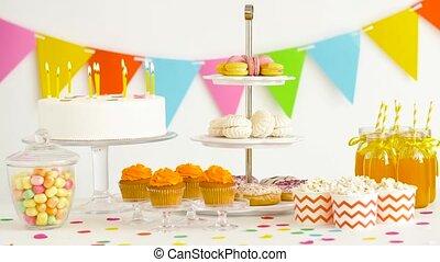 음식과 음료, 통하고 있는, 테이블, 에, 생일 파티