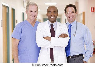 의사, 서 있는, 에서, a, 병원 복도
