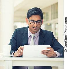 인도, 사업가, 통하고 있는, a, 정제, 컴퓨터, 와, 포도 수확, 필터