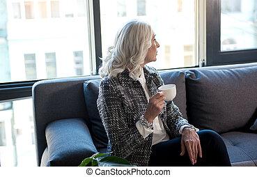 인력이 있는, gray-haired, 숙녀, 은 이다, 술을 마시는 것, 마실 것
