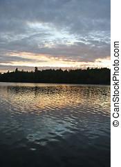 일몰, 반영된다, 은 잔물결이 일었다, 호수