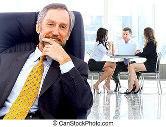 입신한, 사업가, 서 있는, 와, 그의 것, 직원, 에서, 배경, 에, 사무실