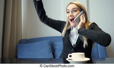 입신한, 여류 실업가, 을 사용하여, 똑똑한, 전화, 와..., 얻는, 전화, 그것, 그녀, 원, 그만큼,...