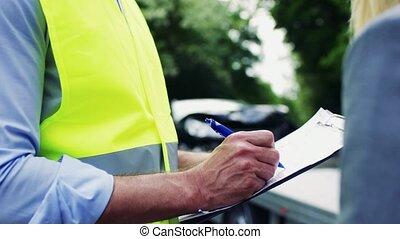 자형의 것, 보험 대리점, 에게 말하는, a, 여자, 도로에, 후에, a, 교통 사고, writing.