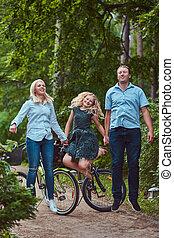 자형의 것, 인력이 있는, 가족, 몸치장을 한다, 에서, 평상복, 자전거에서, 말 등 따위에 타기, 재미를 가지고 있어라, 와..., 안으로 뛰어오르는, a, park.