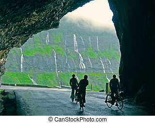 작다, rainwaterfalls, 보이는 상태, 에서, a, 터널, 동안에, 계절풍