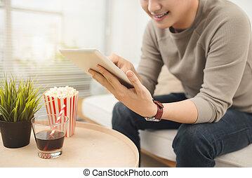 잘생긴, 남자, 은 이다, 을 사용하여, a, 디지털 알약, 와..., 미소, 동안, 위에 휴식하는, 소파, 집의